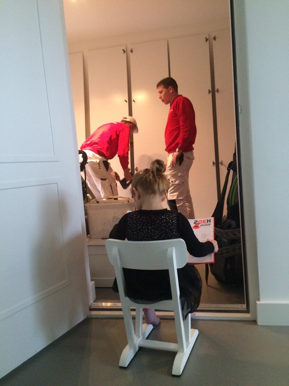 Er wordt toezicht gehouden op de werkzaamheden van de schilders van Smallenburg